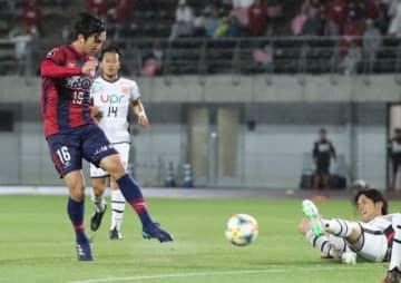 後半39分、ファジアーノ岡山の武田将平(左)が鋭いミドルシュートを決め、先制する=シティライトスタジアム