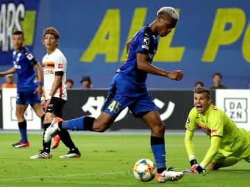 【大分-名古屋】前半37分、相手GKがはじいたボールを蹴り込む大分のFWオナイウ=昭和電工ドーム大分