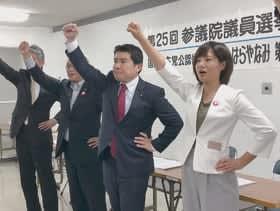団結ガンバローで必勝を誓う原谷氏(右)と選対幹部