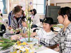 自由に花を生ける子どもたち