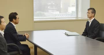 札幌市の秋元克広市長(左奥)と会談する北海道警の山岸直人本部長(右)=17日午後、札幌市