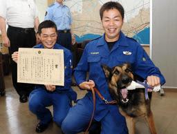 副賞の犬用ガムにかじりつくムック・オブ・ハウス・サン・ボア号=明石署