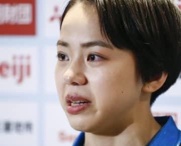体操のNHK杯を棄権し、涙ぐみながら取材に応じる村上茉愛=武蔵野の森総合スポーツプラザ