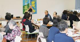 上田さんのハーモニカに合わせ楽しく歌うサロンの茶屋の参加者たち