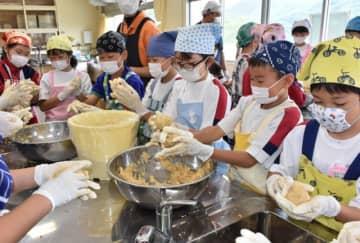 ミンチ状にした大豆と米こうじなどを熱心に混ぜる児童