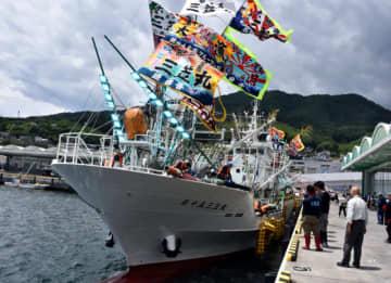 公海でのサンマ漁に向けて大船渡港を出港する第15三笠丸
