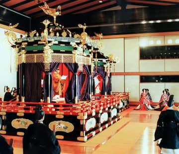 1990年11月、「即位礼正殿の儀」で高御座から、お言葉を述べられる天皇陛下(現上皇さま)=宮殿・松の間