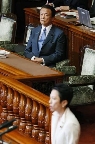 参院本会議に出席した麻生財務相兼金融相。手前は麻生氏に対する問責決議案の趣旨説明をする立憲民主党の蓮舫氏=21日午前