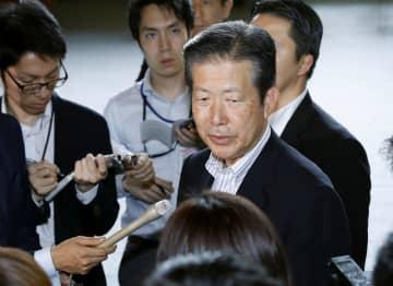 安倍首相と会談後、記者の質問に答える公明党の山口代表=21日午後、首相官邸