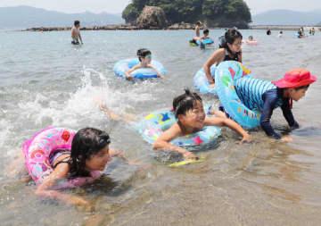 波打ち際で海水浴を楽しむ子どもたち=2018年7月15日、宮城県南三陸町のサンオーレそではま海水浴場