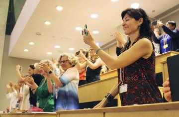 ILO総会でハラスメント禁止条約が採択され、喜ぶ出席者ら=21日、スイス・ジュネーブ(共同)