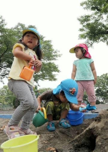 梅雨入りが大幅に遅れる中、外で元気に遊ぶ園児=21日、大分市の大手公園
