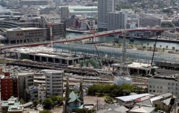 新幹線駅(中央手前)と在来線駅(中央奥)の建設工事が進むJR長崎駅=長崎市尾上町
