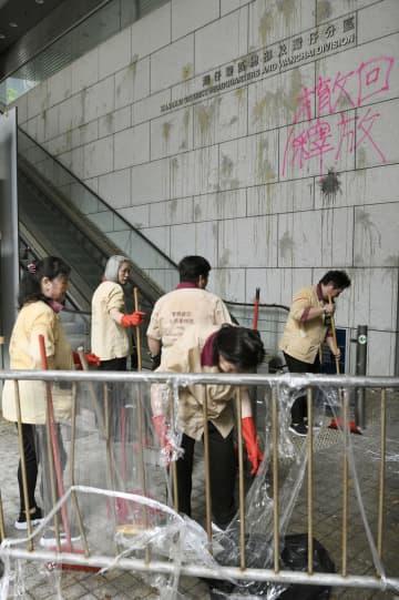 香港の警察本部庁舎を清掃する作業員=22日(共同)