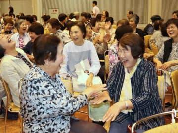 手を使ったレクリエーションゲームを楽しむ受講者たち(京都府亀岡市余部町・ガレリアかめおか)