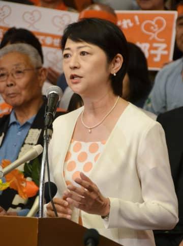 埼玉県知事選への出馬会見をする行田邦子参院議員。後方は支援者=23日午後、さいたま市内のホテル