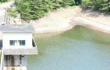 水位が下がり、山肌が見えている松木ダム=23日午前9時半、九重町松木