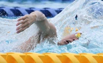 男子100メートル自由形を49秒96の岡山県新で制した平松聖隆=児島マリンプール