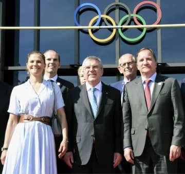 IOCのバッハ会長(中央)と記念撮影するスウェーデンのロベーン首相(前列右)とビクトリア王女(前列左)=23日、ローザンヌ(共同)