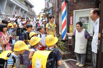 「子ども110番の家」を訪ねた小島小児童=長崎市