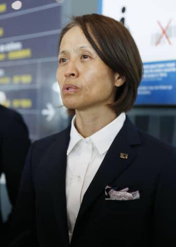 帰国を前に報道陣の取材に応じる高倉監督=26日、パリ郊外のシャルル・ドゴール空港(共同)