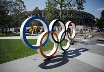 東京五輪のメインスタジアム建設現場にあるオリンピックのマーク=東京都内(ロイター=共同)