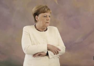 27日、ドイツ・ベルリンでの式典に出席したメルケル首相(AP=共同)