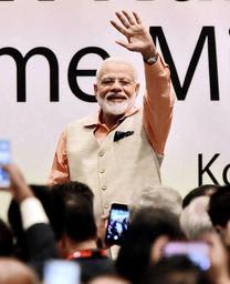 兵庫県内在住のインド人らの歓声に応えるインドのモディ首相=27日夜、県公館(撮影・中西幸大)
