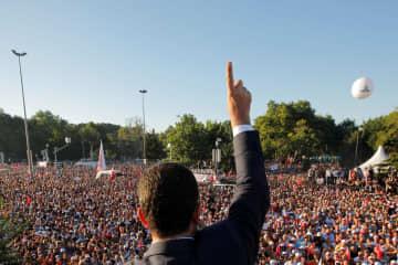 イスタンブールの市庁舎前で聴衆に応えるイマモール新市長=27日(ロイター=共同)