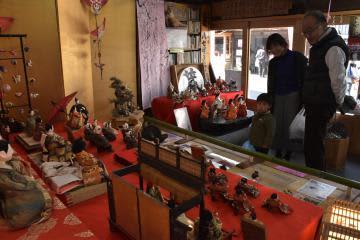 見世蔵に飾られたひな人形を楽しむ人たち=桜川市真壁町真壁
