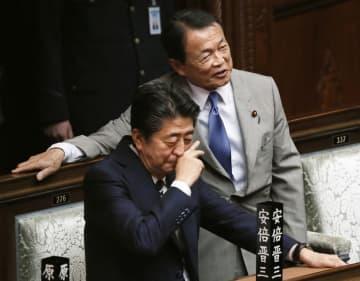 衆院本会議に臨む安倍首相(左)と麻生財務相=26日午後