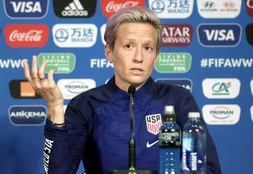 記者会見するサッカー女子米国代表のラピノー=27日、パリ(ロイター=共同)