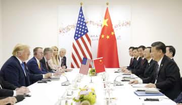 会談するトランプ米大統領(左手前)と中国の習近平国家主席(右手前)=29日午前、大阪市(ロイター=共同)
