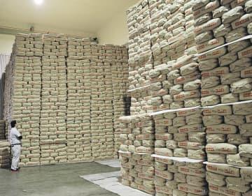 「ひとめぼれ」が積まれたあさひな農協の低温倉庫。合併後の販売戦略が焦点になる=宮城県大郷町