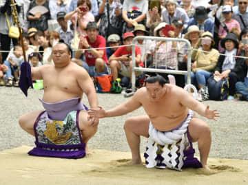 熱田神宮で奉納土俵入りを行う横綱白鵬。太刀持ちは宝富士=29日、名古屋市