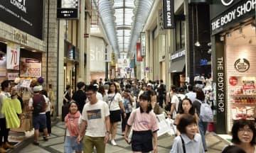 観光客でごった返す大阪・ミナミの商店街=29日午後