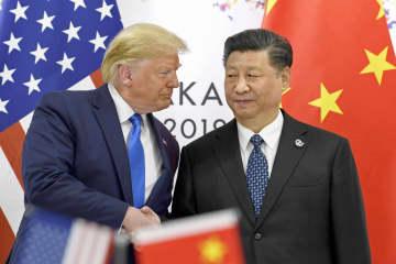 会談を前に握手するトランプ米大統領(左)と中国の習近平国家主席=29日、大阪市(AP=共同)