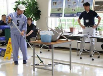 清掃の種目でクリーニング作業に取り組む出場者