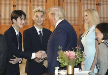 トランプ米大統領(左から3人目)にあいさつするEXOのメンバーら。右から2人目は大統領の長女イバンカ大統領補佐官=29日、ソウル(聯合=共同)