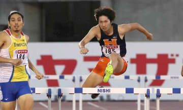 男子400メートル障害決勝 自己ベストの49秒05で2位に入った豊田。左は優勝した安部(博多の森陸上競技場)