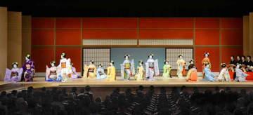 祇園小唄を舞う五花街の舞妓たち(29日、京都市東山区・南座)