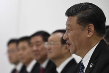 29日、トランプ米大統領との首脳会談に臨む中国の習近平国家主席(右)=大阪市(AP=共同)