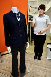 東光中学校の女子用スラックス。すっきりとしたシルエットが特徴だ=姫路市紺屋町、山田屋制服