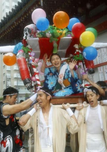 「愛染まつり」が始まり、かごから見物客に手を振る愛染娘=30日午後、大阪市