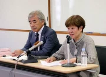 熊本地裁判決について報告する近藤弁護士(左)と原告の原田さん