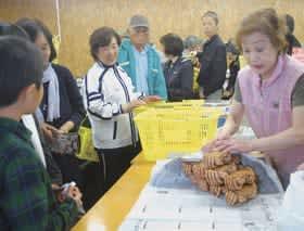 多くの来場者でにぎわった「海産物夕市」14周年記念創業祭