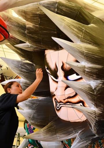 大型ねぶたの制作を進めるねぶた師の北村さん=30日午後、青森市安方のねぶた団地「ラッセランド」