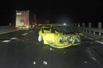 山陽自動車道上り線の衝突事故で破損した乗用車=1日午前、広島県三原市(広島県警高速隊提供)