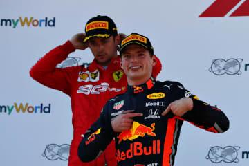 今季初勝利を挙げたフェルスタッペン。表彰台で誇らしげに「HONDA」のロゴを指さした(C)Red Bull