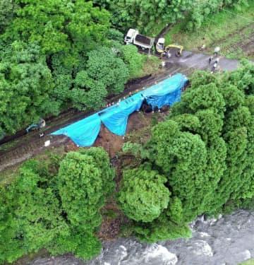 線路下が一部崩壊し、不通となっているJR吉都線の現場=2日午後、小林市南西方